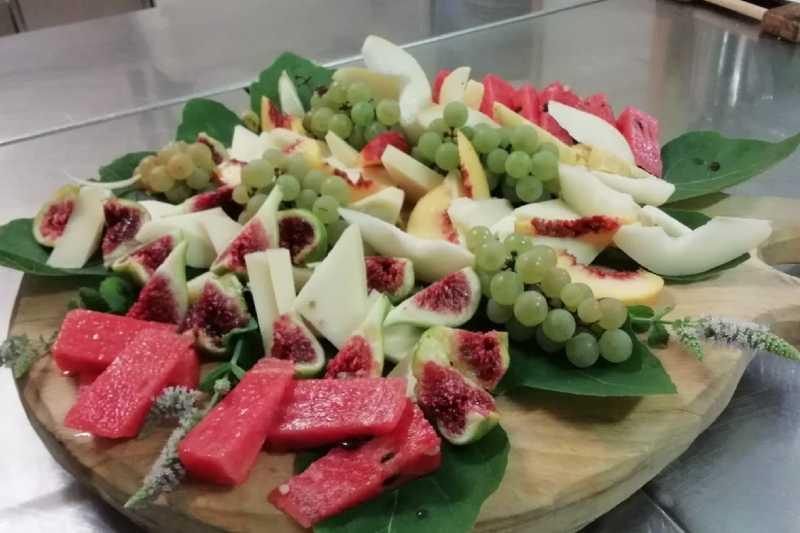 Tagliere di formaggi freschi e frutta